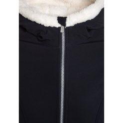 Bench BONDED SLIM Kurtka przejściowa essentially navy. Niebieskie kurtki chłopięce przejściowe marki Bench, z elastanu. W wyprzedaży za 208,45 zł.