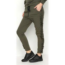 Khaki Spodnie Dresowe Pearlish. Brązowe spodnie dresowe damskie Born2be, s, z dresówki. Za 49,99 zł.