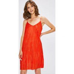 Vila - Sukienka. Szare sukienki dzianinowe marki Vila, na co dzień, l, casualowe, na ramiączkach, mini, plisowane. W wyprzedaży za 79,90 zł.
