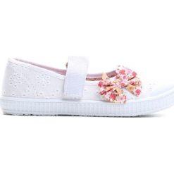 Białe Tenisówki Keep Moving On. Białe buty sportowe dziewczęce marki Born2be, z materiału, na sznurówki. Za 29,99 zł.