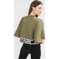 Ivy Park LOGO TAPE BOXY CROP CREW TEE Tshirt z nadrukiem moss. Czarne topy sportowe damskie marki Strategia. Za 189,00 zł.