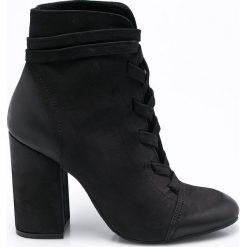 Carinii - Botki. Czarne buty zimowe damskie Carinii, z materiału, z okrągłym noskiem, na obcasie, na sznurówki. W wyprzedaży za 219,90 zł.