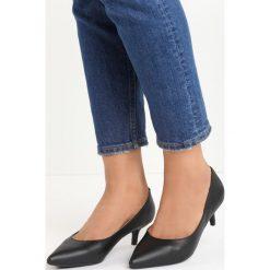 Czarne Czółenka Happy Nation. Czarne buty ślubne damskie marki Born2be, ze szpiczastym noskiem, na niskim obcasie, na szpilce. Za 69,99 zł.