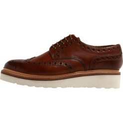 Grenson ARCHIE Sznurowane obuwie sportowe tan handpainted. Brązowe buty sportowe męskie marki Grenson, z materiału, na sznurówki. W wyprzedaży za 674,50 zł.