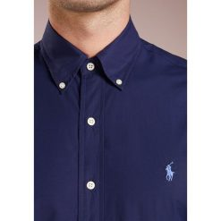 Polo Ralph Lauren NATURAL SLIM FIT Koszula newport navy. Szare koszule męskie slim marki Polo Ralph Lauren, l, z bawełny, button down, z długim rękawem. Za 419,00 zł.