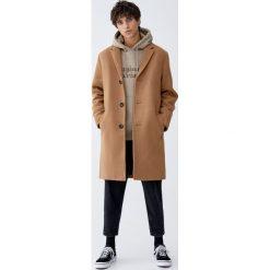 Klasyczny płaszcz z klapami w kolorze camel. Brązowe płaszcze na zamek męskie Pull&Bear, m, klasyczne. Za 299,00 zł.