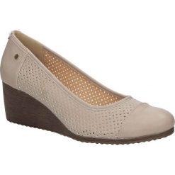 Półbuty beżowe ażurowe na koturnie Jezzi SA10-28. Brązowe buty ślubne damskie marki Jezzi, w ażurowe wzory, na koturnie. Za 79,99 zł.