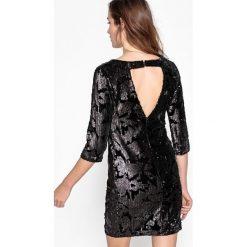 Sukienki hiszpanki: Obcisła sukienka z cekinami, dekolt na plecach