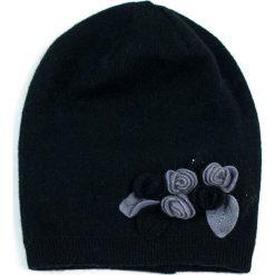 Wełniana czapka damska z kwiatuszkami czarna (cz15369-4). Czarne czapki zimowe damskie Art of Polo, z wełny. Za 66,01 zł.