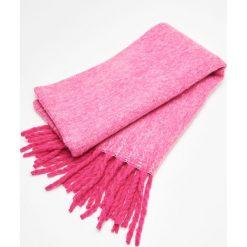 Ciepły szalik z frędzlami - Różowy. Czerwone szaliki damskie Cropp. Za 59,99 zł.