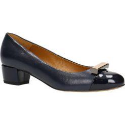 Czółenka LATINA. Niebieskie buty ślubne damskie Gino Rossi, z lakierowanej skóry, z okrągłym noskiem, na obcasie. Za 199,90 zł.