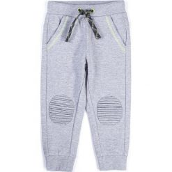 Coccodrillo - Spodnie dziecięce 92-122 cm. Białe spodnie chłopięce marki COCCODRILLO, m, z bawełny, z okrągłym kołnierzem. Za 55,90 zł.