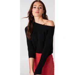 Swetry klasyczne damskie: NA-KD Trend Dzianinowy sweter z odkrytymi ramionami – Black