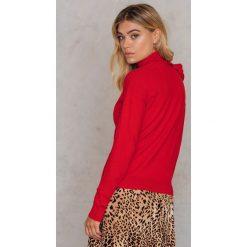 Swetry damskie: NA-KD Sweter z golfem i falbaną - Red