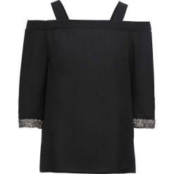 Bluzka z odsłoniętymi ramionami i połyskującymi mankietami bonprix czarny. Czarne bluzki asymetryczne bonprix, z kołnierzem typu carmen, bez ramiączek. Za 89,99 zł.