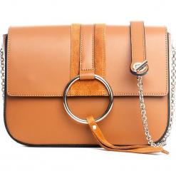 Skórzana torebka w kolorze jasnobrązowym - 24 x 18 x 9 cm. Brązowe torebki klasyczne damskie Mia Tomazzi, z aplikacjami, z materiału, z aplikacjami. W wyprzedaży za 250,95 zł.