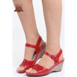 Czerwone Skórzane Sandały Contact. Czerwone sandały damskie Born2be, z materiału, na koturnie. Za 99,99 zł.