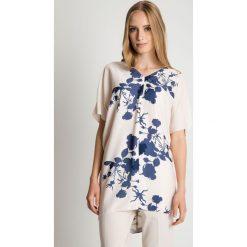 Elegancka luźna tunika z dekoltem w szpic BIALCON. Białe tuniki damskie eleganckie BIALCON, do pracy, uniwersalny, w kwiaty, z asymetrycznym kołnierzem. Za 175,00 zł.