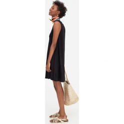 Sukienka z krepy z guzikami. Czarne sukienki z falbanami Pull&Bear. Za 59,90 zł.