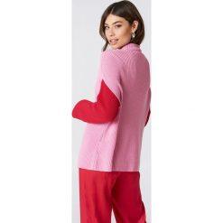 Swetry klasyczne damskie: NA-KD Sweter dzianinowy w geometryczne wzory – Pink,Red