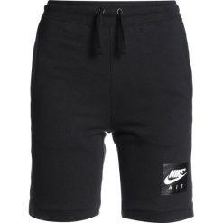 Nike Performance AIR SHORT Krótkie spodenki sportowe black/black/white. Czarne spodenki chłopięce marki Nike Performance, z bawełny, sportowe. W wyprzedaży za 125,10 zł.