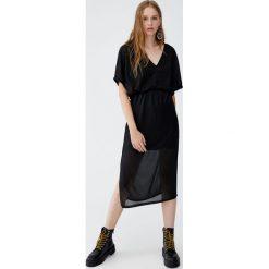 Plisowana sukienka z dekoltem w serek. Czarne sukienki hiszpanki Pull&Bear, z dekoltem w serek. Za 79,90 zł.