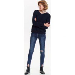 Spodnie damskie: SPODNIE JEANSOWE DAMSKIE Z OZDOBNYMI ROZCIĘCIAMI, RURKI