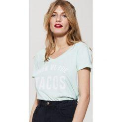 T-shirt z napisem - Turkusowy. Niebieskie t-shirty męskie marki House, l, z napisami. W wyprzedaży za 29,99 zł.