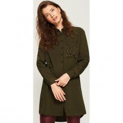 Koszulowa sukienka z aplikacją - Khaki. Brązowe sukienki z falbanami marki Sinsay, l, z aplikacjami, z koszulowym kołnierzykiem, koszulowe. Za 79,99 zł.