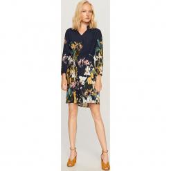 Sukienka w kwiaty - Granatowy. Niebieskie sukienki marki Reserved, w kwiaty. W wyprzedaży za 69,99 zł.