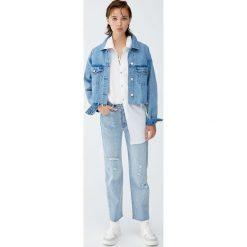 Jeansy mom fit z perełkami. Niebieskie jeansy damskie relaxed fit marki Pull&Bear. Za 75,90 zł.