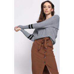 Szary Sweter Fourth Season. Szare swetry klasyczne damskie Born2be, uniwersalny, prążkowane, dekolt w kształcie v. Za 39,99 zł.
