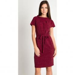 Bordowa błyszcząca sukienka z wiązaniem w pasie QUIOSQUE. Czerwone sukienki balowe marki QUIOSQUE, na imprezę, w paski, z dzianiny, z długim rękawem. W wyprzedaży za 159,99 zł.