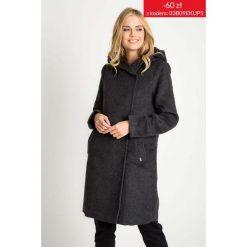 Grafitowy długi płaszcz z kapturem QUIOSQUE. Szare płaszcze damskie marki QUIOSQUE, uniwersalny, w paski, eleganckie. W wyprzedaży za 349,99 zł.