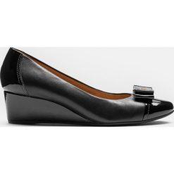 Czarne czółenka damskie. Czarne buty ślubne damskie marki Kazar, z materiału, na wysokim obcasie, na koturnie. Za 469,00 zł.