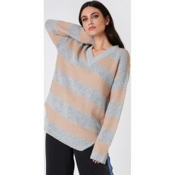 Rut&Circle Sweter w paski Winnie - Pink,Grey,Multicolor. Szare paski damskie marki Vila, l, z dzianiny, z okrągłym kołnierzem. Za 121,95 zł.