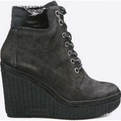 Calvin Klein Jeans - Botki. Czarne buty zimowe damskie marki Calvin Klein Jeans, z jeansu, na koturnie, na sznurówki. W wyprzedaży za 479,90 zł.