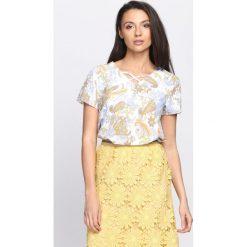 Biało-Żółta Bluzka Mulberry Bush. Białe bluzki z odkrytymi ramionami Born2be, dekolt w kształcie v, z krótkim rękawem. Za 24,99 zł.