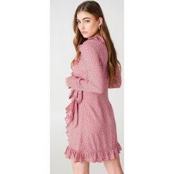 NA-KD Boho Sukienka w groszki - Pink. Różowe sukienki boho marki NA-KD Boho, w grochy, z kopertowym dekoltem, z długim rękawem, mini, kopertowe. Za 202,95 zł.