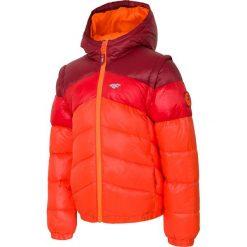 Kurtka puchowa 2w1 dla dużych chłopców JKUMP209 - burgund. Czerwone kurtki chłopięce 4F JUNIOR, z materiału. Za 99,99 zł.