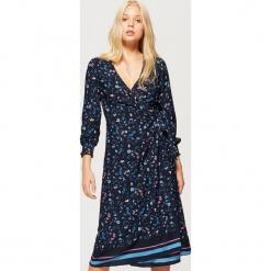 Kopertowa sukienka w kwiaty - Granatowy. Niebieskie sukienki marki Cropp, l, w kwiaty, z kopertowym dekoltem, kopertowe. W wyprzedaży za 49,99 zł.