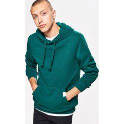 Bluza BASIC z kapturem - Zielony. Zielone bluzy męskie rozpinane marki Pull & Bear, z napisami. Za 79,99 zł.