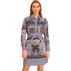 Sukienka w kolorze szaro-jasnoniebieskim. Niebieskie długie sukienki marki Almatrichi, z klasycznym kołnierzykiem, z długim rękawem. W wyprzedaży za 179,95 zł.
