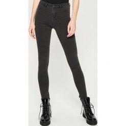 Jeansy skinny mid waist - Szary. Szare jeansy damskie skinny marki Sinsay, z jeansu. Za 39,99 zł.