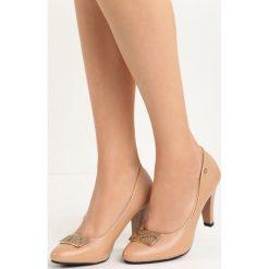Beżowe Czółenka Easy Love. Brązowe buty ślubne damskie Born2be, ze skóry, na niskim obcasie, na słupku. Za 69,99 zł.