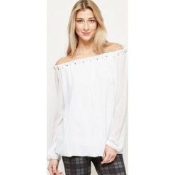 Bluzki damskie: Bluzka z dekoltem carmen zdobiona perełkami biała