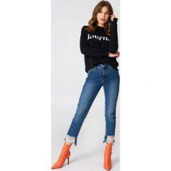 NA-KD Jeansy z rozdarciami - Blue. Szare jeansy damskie marki NA-KD, z bawełny, z podwyższonym stanem. Za 202,95 zł.