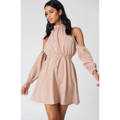 Sukienki: Lucca Couture Sukienka z odkrytymi ramionami Peyton - Pink
