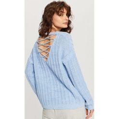 Sweter z dekoltem z tyłu - Fioletowy. Białe swetry klasyczne damskie marki Reserved, l. W wyprzedaży za 79,99 zł.