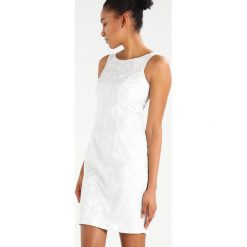 Swing Sukienka koktajlowa ivory/silver. Białe sukienki koktajlowe marki Swing, z materiału. W wyprzedaży za 356,85 zł.